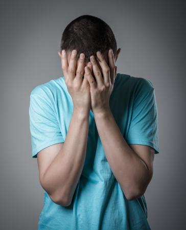 persona deprimida: hombre joven llorando Foto de archivo