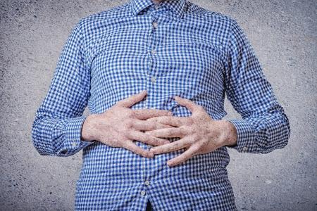 Gesch?ftsmann mit Magenschmerzen, ?bergibt Bauch Standard-Bild