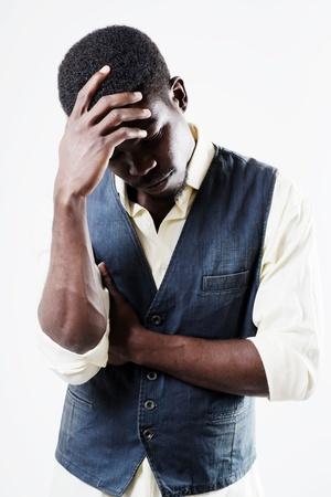 African american männlich Gefühl traurig und lehnte im Freien