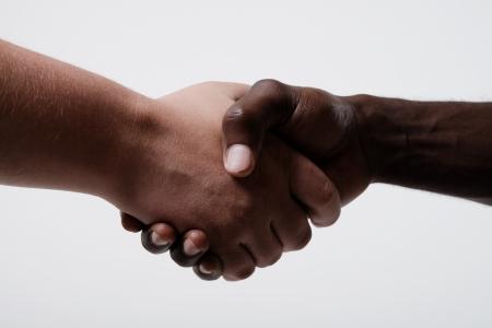 Afro-Amerikaanse zakenman schudden handen met blanke zakenman Stockfoto