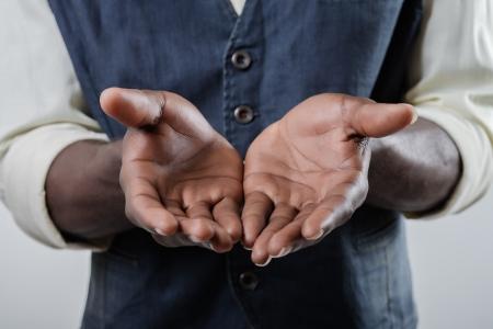 manos abiertas: Afroamericana sostiene la palma abierta