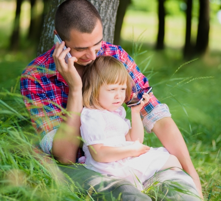 Mann und Kind am Telefon sprechen Standard-Bild