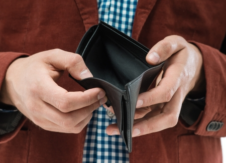 Mann hält eine leere Brieftasche