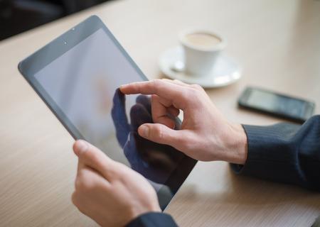 Mann mit Computer Lesen Tablet-News Motning in cafe Standard-Bild