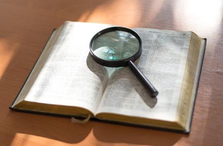 Buch und Glas Lupe