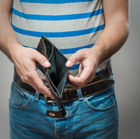 Insolvenz - Business Person halten eine leere Geldbörse Standard-Bild - 33280641