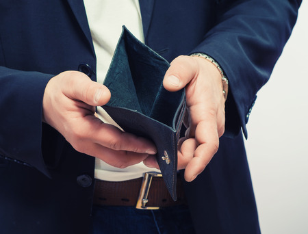 Geschäftsmann mit leeren Brieftasche gut gekleidet Lizenzfreie Bilder