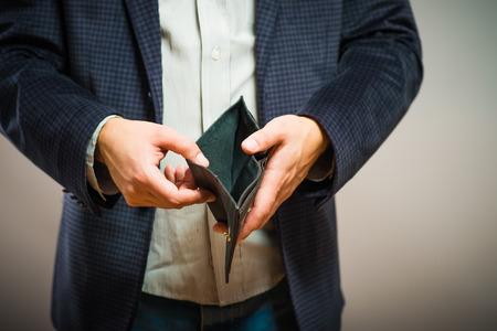 Insolvenz - Geschäftsmann halten eine leere Brieftasche Lizenzfreie Bilder