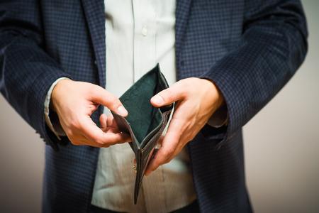 Insolvenz - Business Person halten eine leere Geldbörse