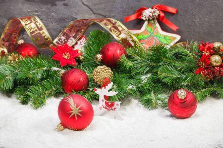 adornos navideños: Composición de la Navidad con nieve, rojo y oro decoración de Navidad. Enfoque selectivo Macro. Foto de archivo