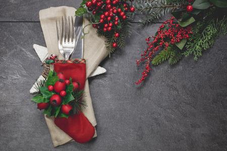 comida de navidad: Configuraci�n de lugar de vacaciones. Media de la Navidad cubiertos con decorations.Done festivo con filtro retro vintage. Foto de archivo