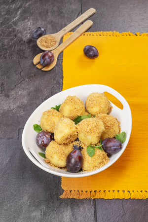 Potato Plum Dumplings. Potato dumplings stuffed with sweet plums and rolled in toasted breadcrumbs. Done with a vintage retro filter. Standard-Bild