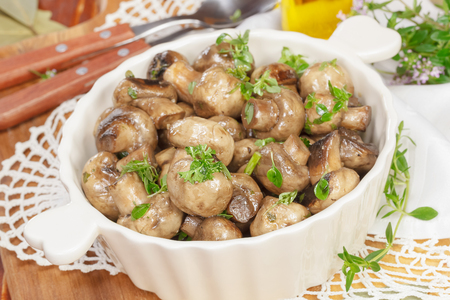 Grilled mushrooms. Oven Roasted Mushrooms with Butter, Garlic and Parsley Imagens