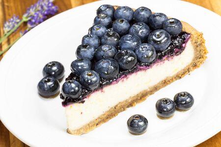 blueberry pie: Tarta de ar�ndanos. Rebanada de pastel de ar�ndanos de cerca en un plato blanco