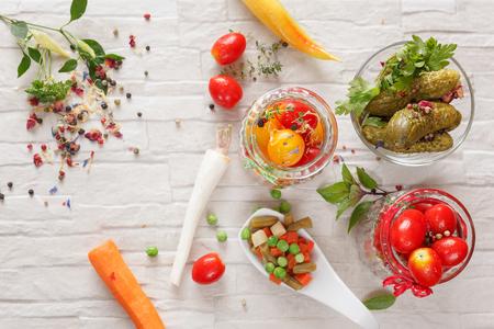 encurtidos: Verduras en escabeche. Vegetal está preparando para la conservación, la vista superior