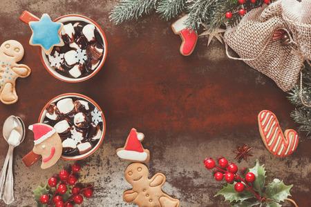 hot chocolate: Chocolate caliente con malvaviscos y galletas de jengibre en un ambiente de Navidad. Decoración festiva. Estilo de la vendimia con el espacio en blanco, vista desde arriba