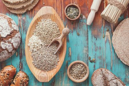 pain: Pains et c�r�ales � grains. Diff�rentes sortes de pain, des petits pains et des semences pour la cuisson. Ingr�dients pour la pr�paration du pain, vue d'en haut, style vintage