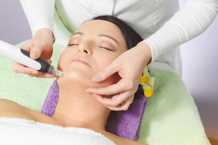 masaje facial: Mesoterapia, el tratamiento contra el envejecimiento. Mujer que tiene mesoterapia tratamiento facial en el salón de belleza.