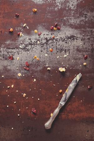 frutas secas: Tarta de migas de fondo. migas agrio, frutos secos y un cuchillo en el fondo rústico. Fin de la Parte concepto. Vista superior, estilo vintage, espacio en blanco