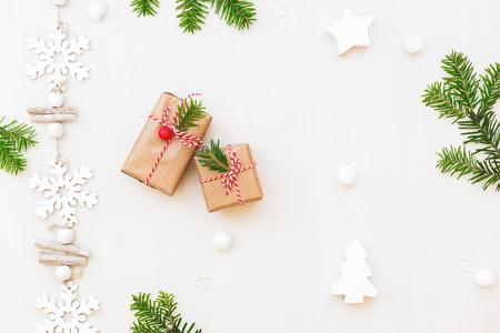 Sistemazione natalizia con regali, ornamenti e rami di pini naturali. Vista dall'alto, lay flat, spazio di copia Archivio Fotografico - 84612096