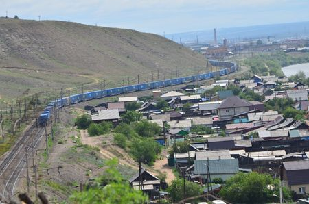 This picture shows a train that turns around a hill