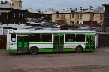 A bus near the houses Redactioneel