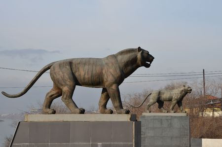 This picture shows a monument with a pair of tigers