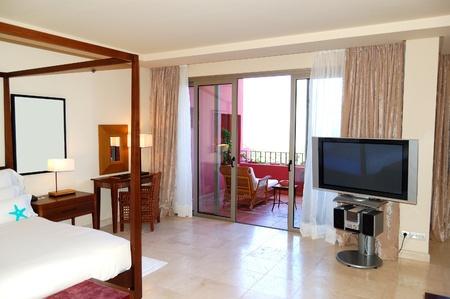 balcony door: Interior de apartamento con plasma tv y balc�n en el hotel de lujo, isla de Tenerife, Espa�a