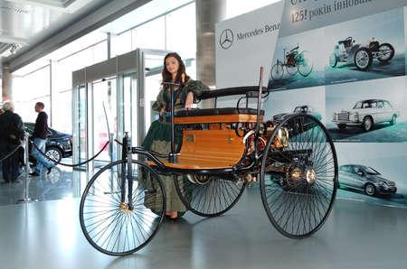 "onbepaalde: KIEV - 11 september: Onbepaalde oldtimer op het podium van Mercedes-Benz elk jaar auto-show 'Het kapitaal Auto Show 2011 "". 11 september 2011 in Kiev, Oekraïne."