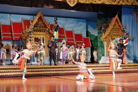viewer: PATTAYA, THAILAND - SEPTEMBER 7: The famous Thai Culture and traditional dances show in Nong Nooch tropical garden on September 7, 2010 in Pattaya, Thailand. More then 2000 visiters attend it daily