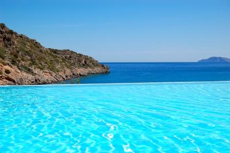 Infinito piscina con vistas al Mar Egeo en el hotel de lujo, Crete, Grecia Foto de archivo