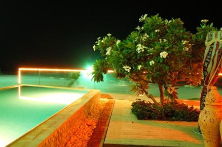 Piscina y playa del hotel de lujo en la iluminaci�n de noche, Fujairah, Emiratos �rabes Unidos