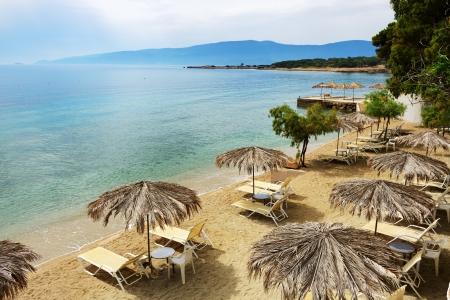 peloponnes: Sunbeds on the beach at modern luxury hotel, Peloponnes, Greece