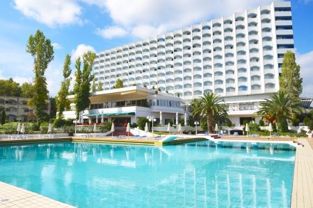 Piscine et bâtiment de l'hôtel de luxe, Halkidiki, Grèce Banque d'images