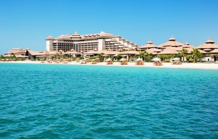 Playa del hotel de lujo de estilo tailand�s en la Palm Jumeirah isla artificial, Dubai, Emiratos �rabes Unidos photo