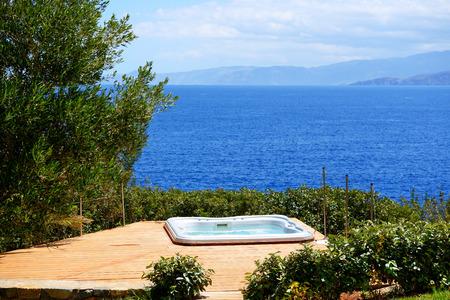 De jacuzzi in luxe hotel met uitzicht op zee, Kreta, Griekenland Stockfoto