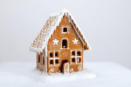 Le comestible maison de pain d'épice et de neige décoration faite à la main Banque d'images - 34653000