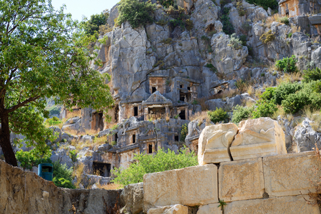 tumbas: Las tumbas excavadas en la roca en Myra, Antalya, Turqu�a Foto de archivo