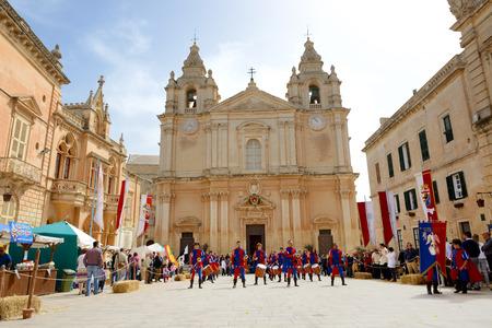 SLIEMA, 몰타 -4 월 19 일 : The Mdina 중세 축제와 관광객 2015 년 4 월 19 일 Mdina, 몰타. 다음으로 1,600 만 명의 관광객이 2015 년에 몰타를 방문 할 것으로 예상됩니다.