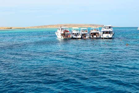 bandera de egipto: HURGHADA, Egipto - el 6 de diciembre: los turistas Snorkeling y yates a motor en el Mar Rojo. Es popular destino de turistas el 6 de diciembre de 2012 en Hurghada, Egipto Editorial