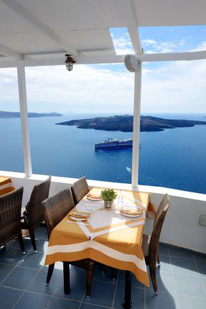 La terrazza vista mare nel ristorante, isola di Santorini, Grecia