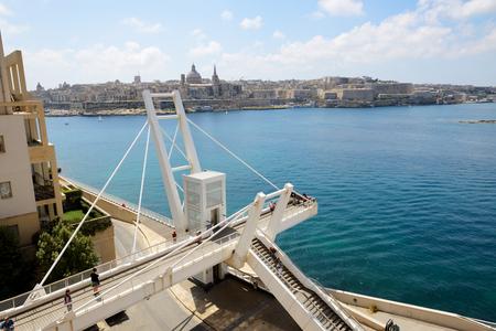 The white bridge in Sliema and view on Valleta, Malta 免版税图像 - 121257154