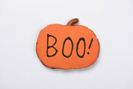 La citrouille d'Halloween en pain d'épice comestible faite à la main avec inscription boo sur fond blanc Banque d'images