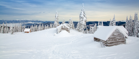 Carpathians mountFantastic winter landscape with wooden house in snowy mountains. Standard-Bild