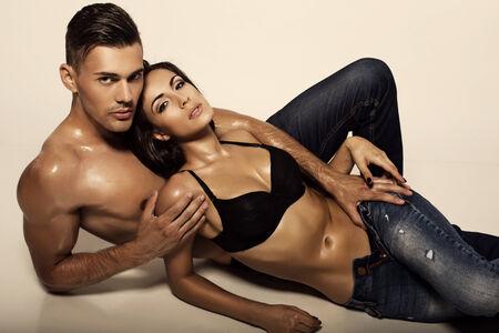 cuerpos desnudos: Foto de la moda de sexy pareja vistiendo jeans apasionados