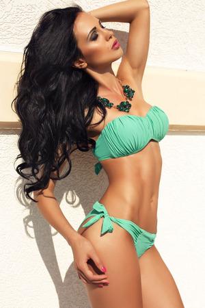 ni�as en bikini: moda foto al aire libre de la hermosa mujer sexy con el pelo largo y oscuro en bikini