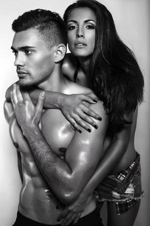 parejas romanticas: Foto de la moda en blanco y negro de la pareja apasionada sexy en ropa de jeans posando en el estudio Foto de archivo