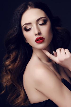 maquillage: portrait en studio de mode de la belle femme sexy avec les cheveux fonc�s et maquillage lumineux