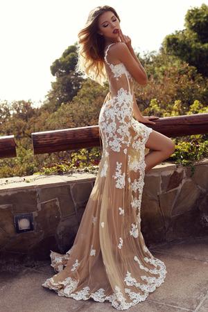 donne eleganti: sensuale donna con i capelli biondi in lussuoso abito di pizzo
