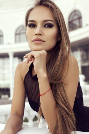 cabello lacio: Retrato de moda de mujer hermosa con maquillaje de pelo y por la noche recta de lujo